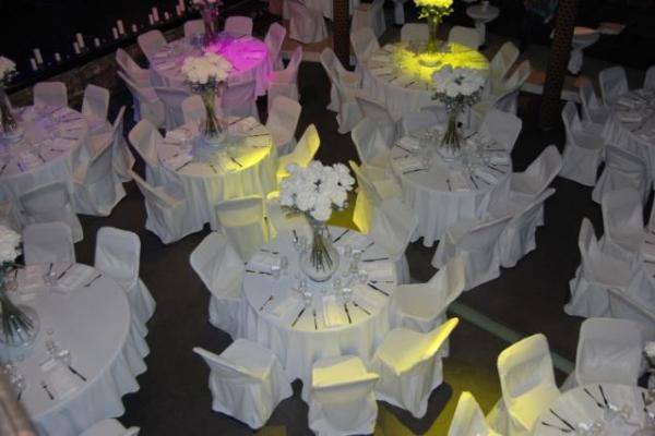 Ümmargused lauad, katetega toolid