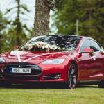 Punane Tesla enne pulmasõitu