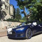 Sinine Tesla pulmasõidukina Glehni lossi ees