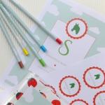 Ühtses stiilis kujundatud laste kleebised. Kutsed, kaaned, pliiatsid, joogikõrred jt sildid laste sünnipäevale.